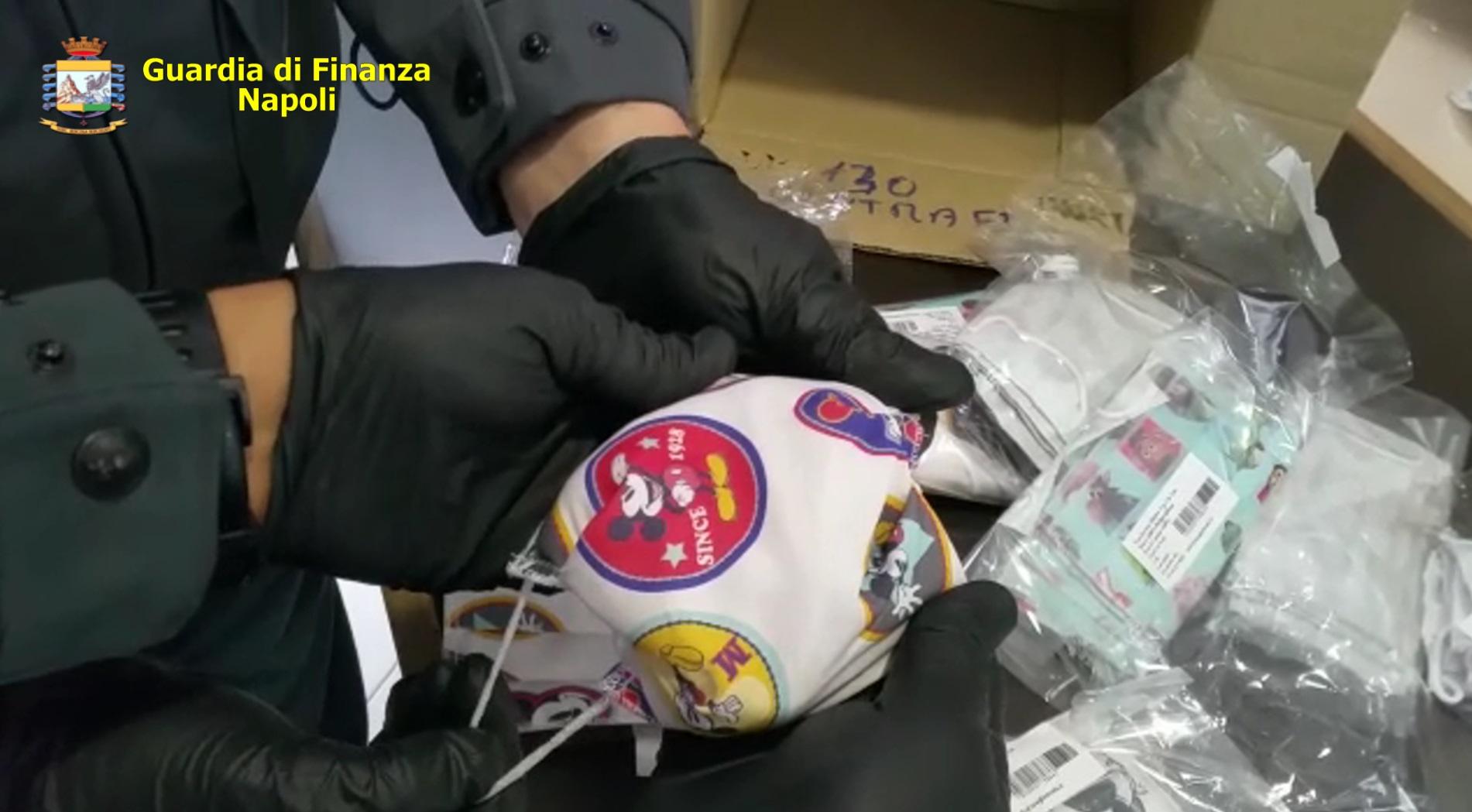 Nola, Guardia di finanza sequestra fabbrica mascherine contraffatte e 100 mila dispositivi