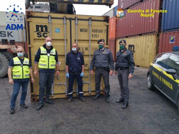 Napoli, guardia di finanza sequestra 8 tonnellate di rifiuti speciali in porto