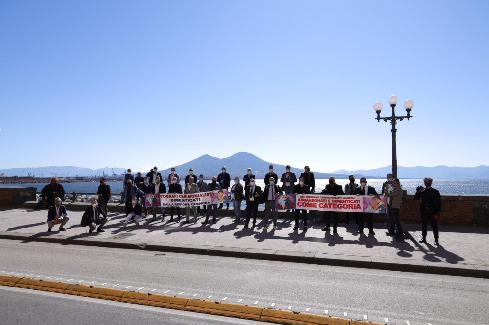 Fase 2, Napoli: fotografi di cerimonie protestano davanti alla sede della Regione