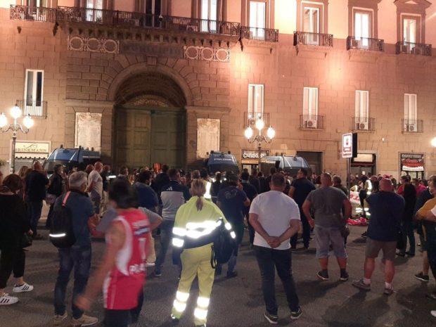"""Napoli, comitati di lotta assediano e occupano municipio: """"Subito soluzioni per le vertenze sociali"""""""