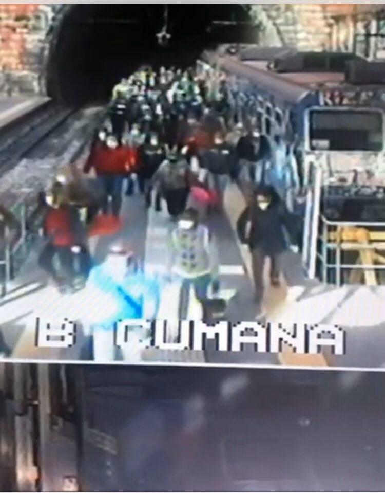 Napoli, passeggeri ammassati  sul treno della Cumana
