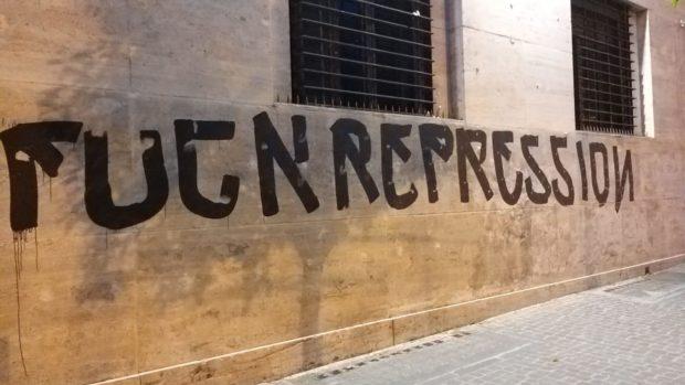 """Napoli, scritta su Questura: """"Fuck repression"""". Fermati in tre"""