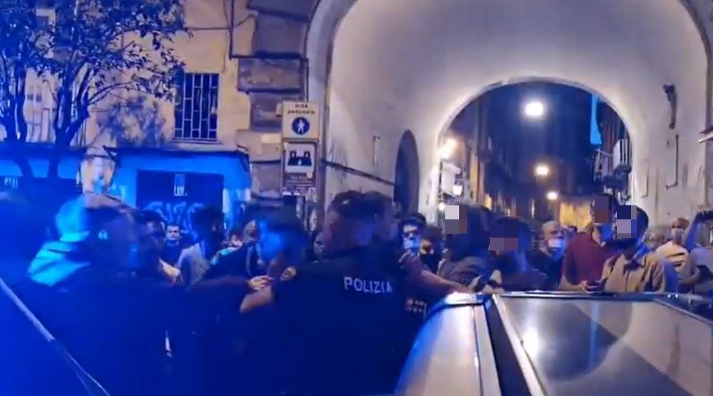 Napoli, stretta sulla movida al centro storico: caos e tre fermi in piazza Bellini