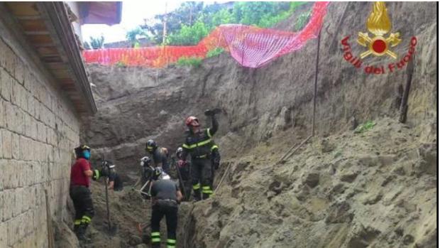 Napoli, crolla un muro a Pianura: morti due operai edili. I corpi estratti dalle macerie