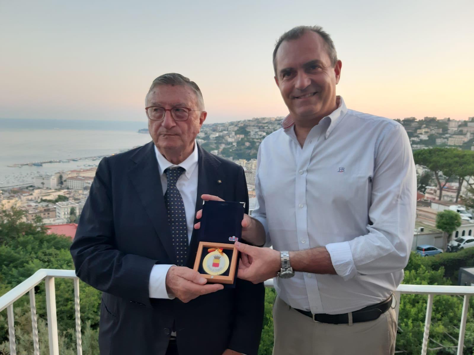 Napoli, de Magistris premia il prof Tarro. Il medico indipendente