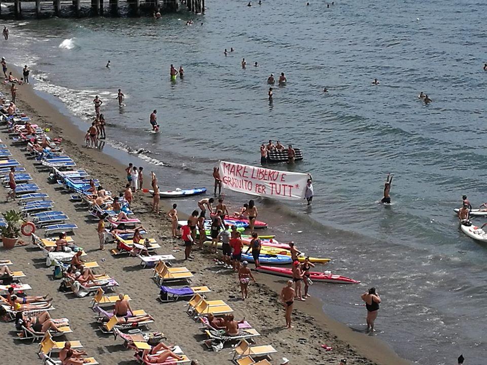 Napoli, manifestanti a bordo di 25 canoe: Il mare è di tutti.   Stop spiagge gestite dai privati