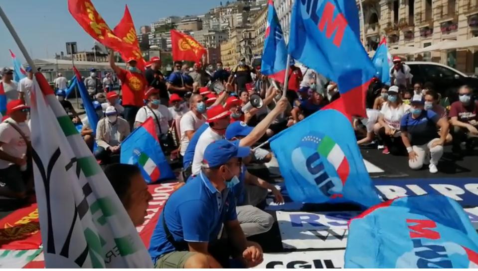 Napoli, operai Whirlpool manifestano davanti consolato americano