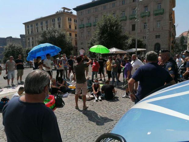 """La protesta dei disoccupati a Napoli: """"I padroni sulle barche di lusso, noi in piazza a Ferragosto per il lavoro dignitoso"""""""
