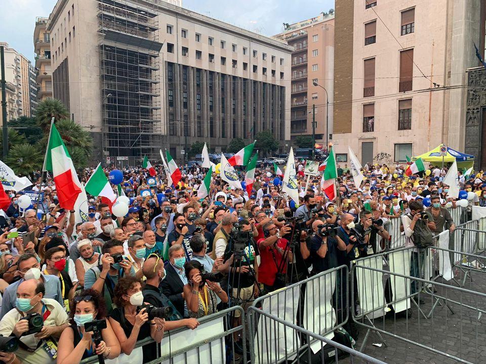 """Napoli, 2 mila persone per Salvini. Il leader del carroccio: """"De Luca promette fritture di pesce e raccomanda i suoi autisti"""""""