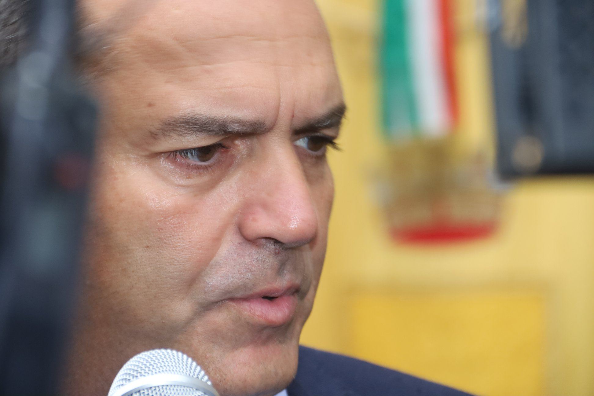 "De Magistris: ""De Luca è un incapace, terrà le scuole chiuse fino a Natale"""
