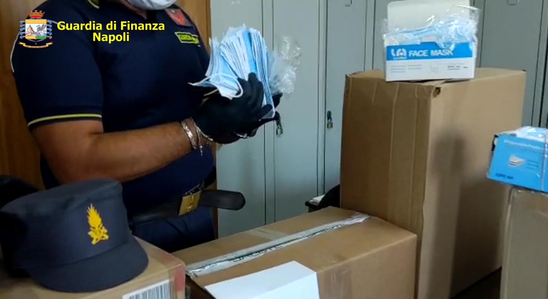 Napoli, Guardia di Finanza sequestra 73 mila mascherine non a norma