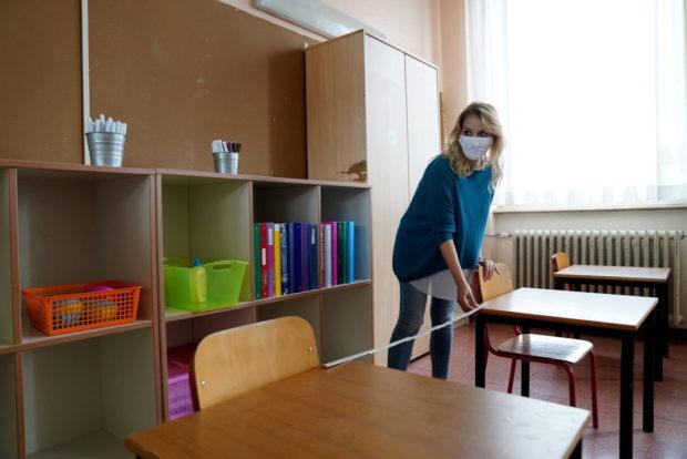 Coronavirus, a scuola solo la mascherina chirurgica. E qualche preside pensa alla sospensione per chi non la indossa