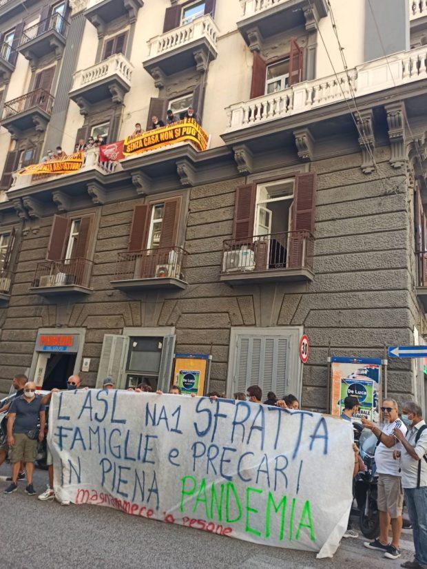 Napoli, blitz sfrattati e precari: occupato comitato elettorale di De Luca