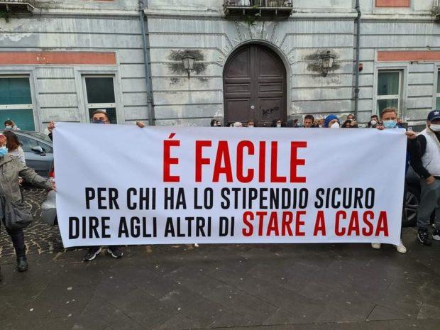 Covid, De Luca e il ministro Speranza a braccetto per il lockdown totale: la Campania insorge, clima da guerra civile