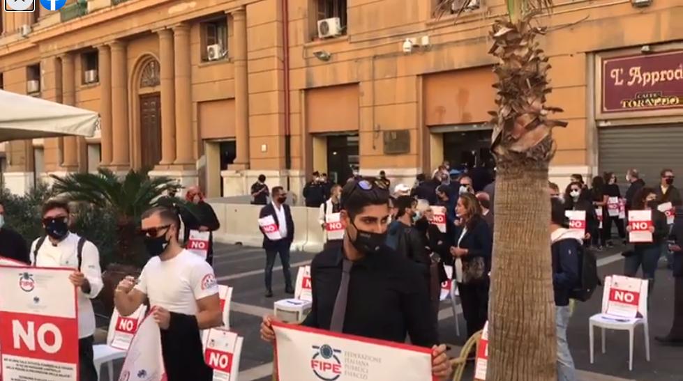 Napoli, in piazza i lavoratori della ristorazione contro lo Sceriffo e le sue ordinanze