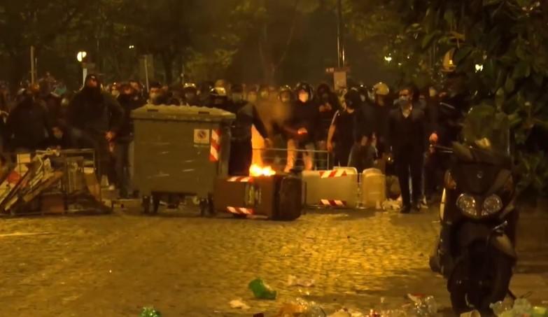 Napoli, dilaga la protesta anti coprifuoco: scontri e cariche