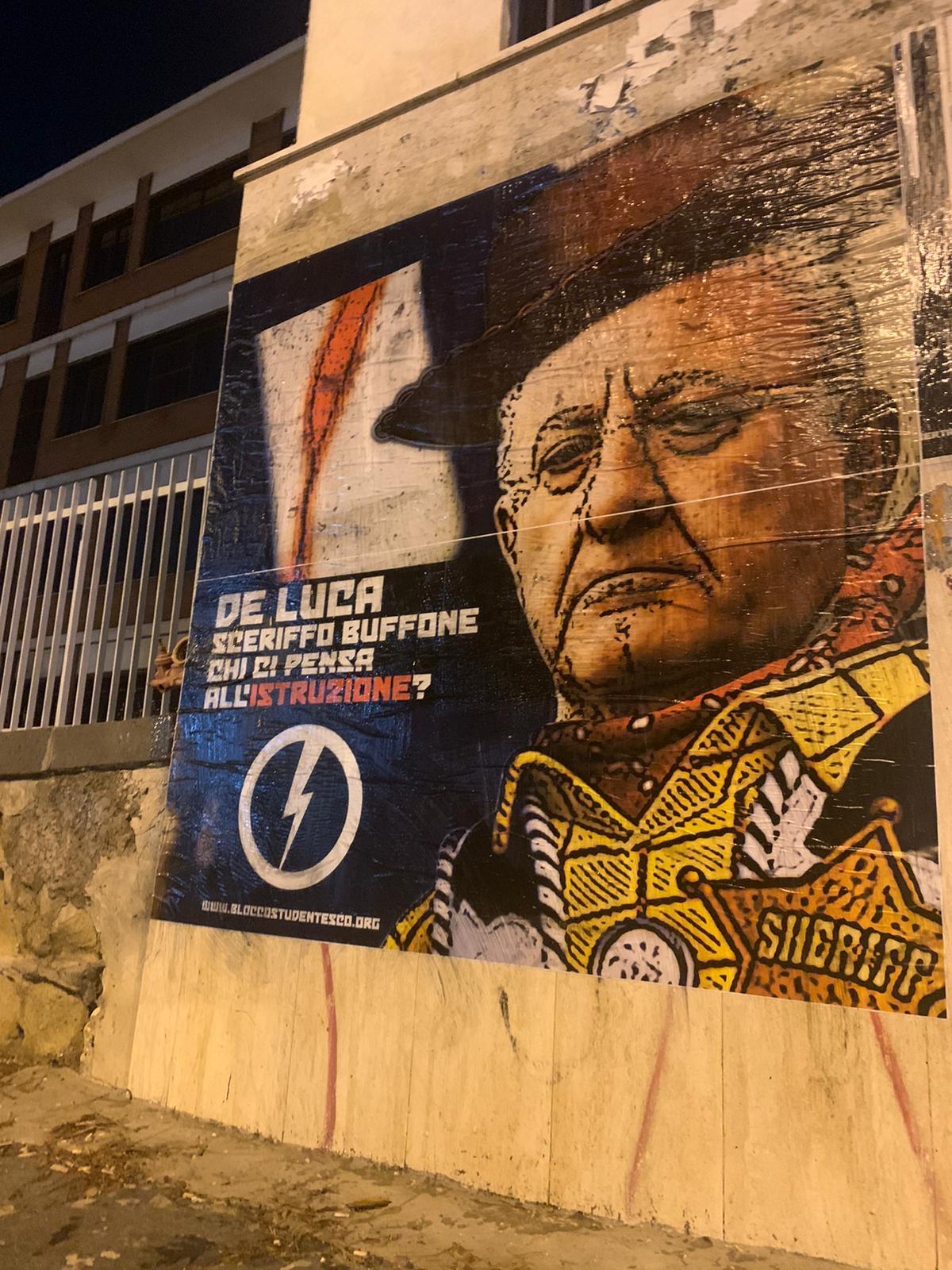 """Studenti campani affiggono manifesti contro De Luca: """"Buffone, chi pensa all'Istruzione?"""""""