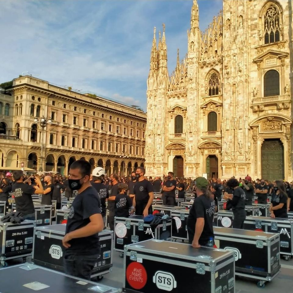 Coronavirus, bauli in piazza a Milano: lavoratori dello spettacolo contro le scelte restrittive del governo