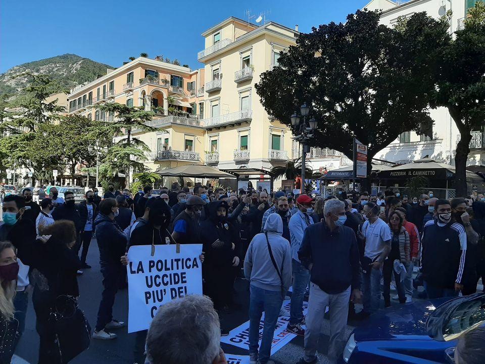 Covid, anche Salerno si ribella: 200 lavoratori in piazza contro il  coprifuoco e l'ordinanza di De Luca
