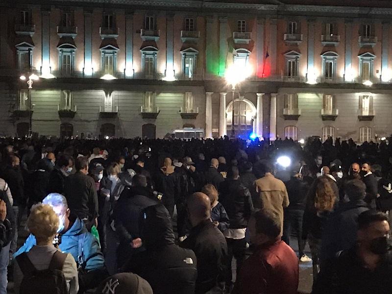 """Napoli, in migliaia invadono il Plebiscito: """"Senza soldi niente chiusure"""""""