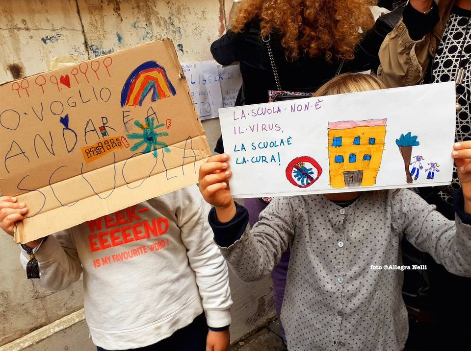"""Scuola, Campania: da lunedì riaprono le elementari, lo """"Sceriffo"""" batte in ritirata. Vincono le mamme"""