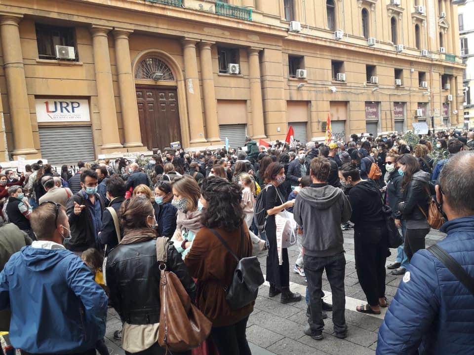 """Napoli, ancora in piazza contro De Luca: """"Ridateci la scuola, non è un virus"""""""