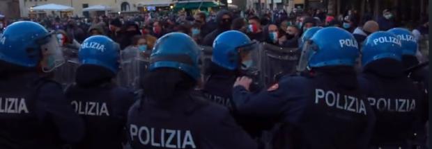 Covid, si incendia la protesta contro il coprifuoco e in difesa della Costituzione