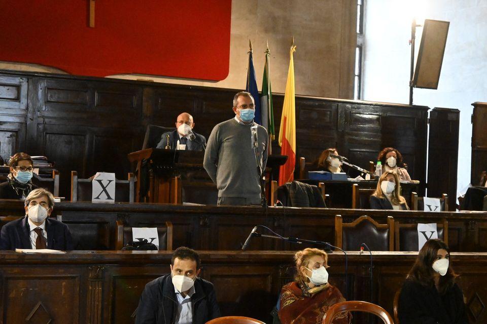 Napoli, scoppia l'amore tra de Magistris e Forza Italia per salvare le poltrone