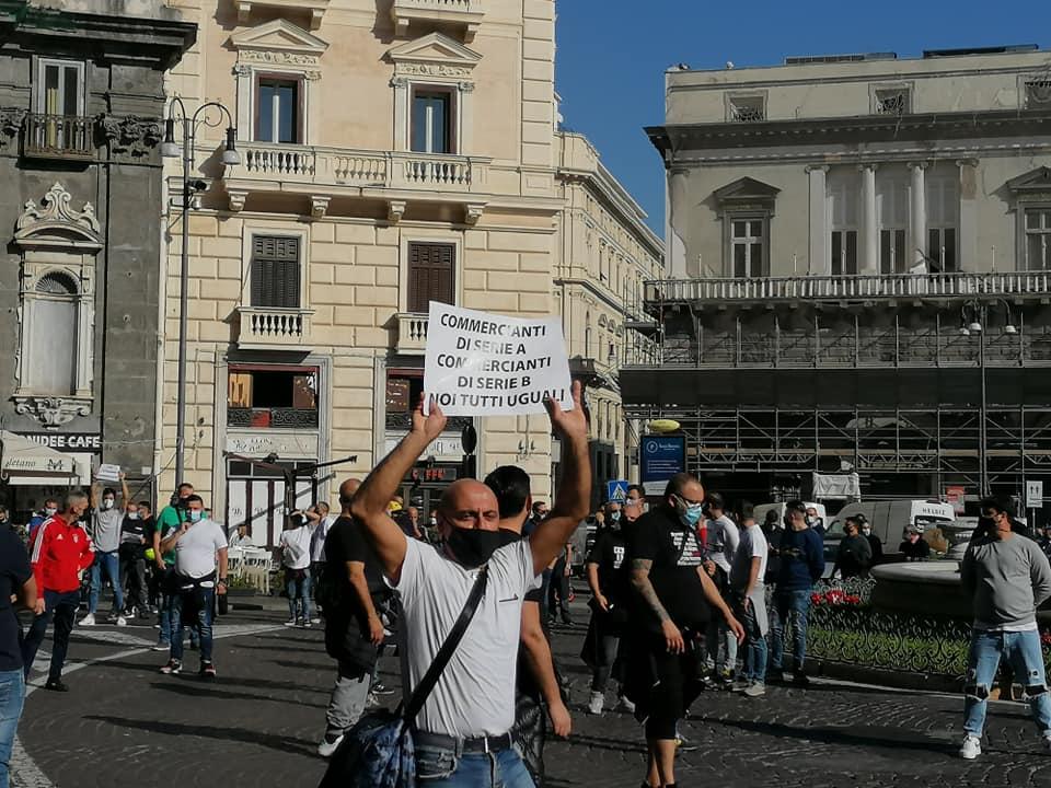 """Napoli, protestano gli ambulanti: """"Siamo vittime dell'emergenza Covid"""""""