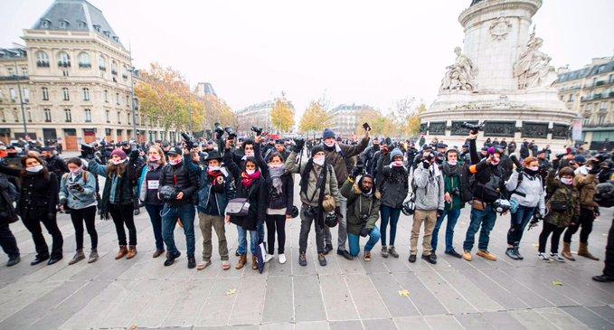 Francia, la lotta dei giornalisti per la libertà. Scontri e pestaggi a Parigi