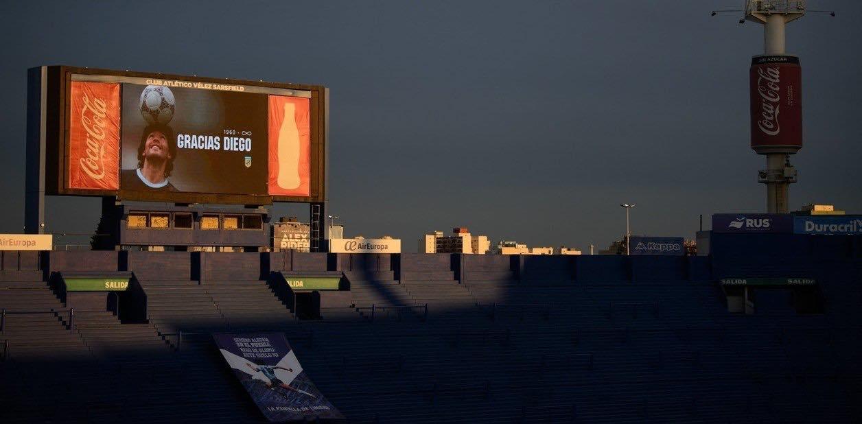 Buenos Aires, il raggio di sole illumina lo schermo con l'immagine di Diego