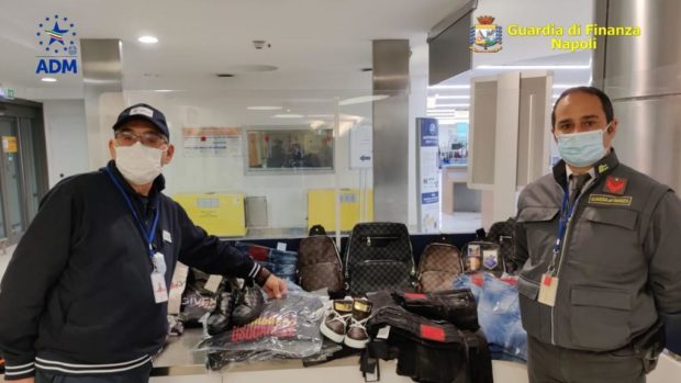 Napoli, 400 capi abbigliamento contraffatti sequestrati a Capodichino