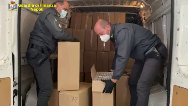 Napoli, Gdf sequestra 2 tonnellate sigarette contrabbando