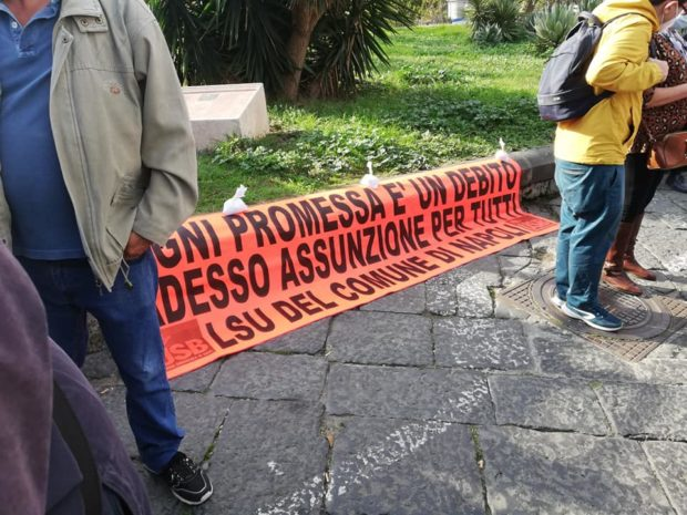 Napoli, la rabbia dei precari Lsu contro i consiglieri comunali