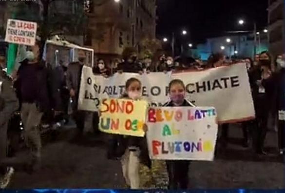 """Napoli, mille in piazza contro coprifuoco: """"rischiate le Quattro Giornate"""""""