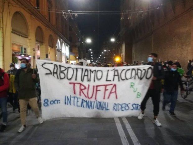 """Da Napoli a Milano, fattorini del cibo a domicilio contro """"contratto patacca"""" e salari da fame"""