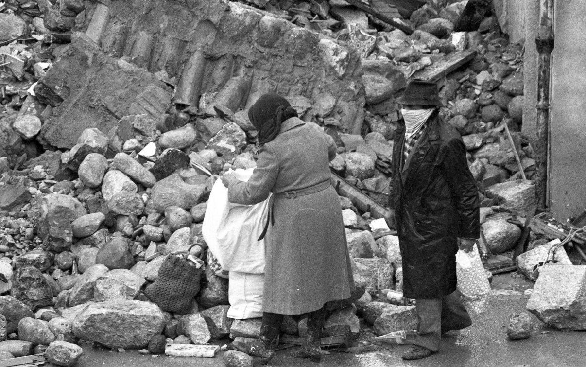 """Terremoto '80: il patto delle """"concessioni"""" siglato da Dc, Pci e sindacato"""