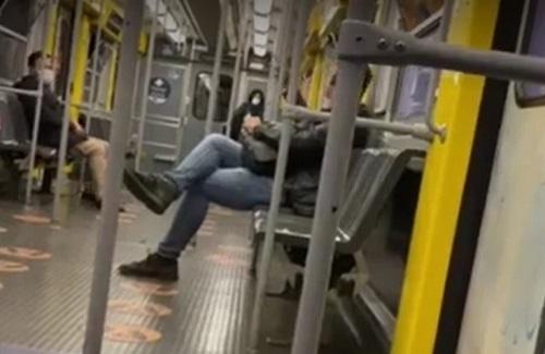 """Napoli, lite per la mascherina in metrò: """"La rifiuto, il Dpcm non è legge"""""""