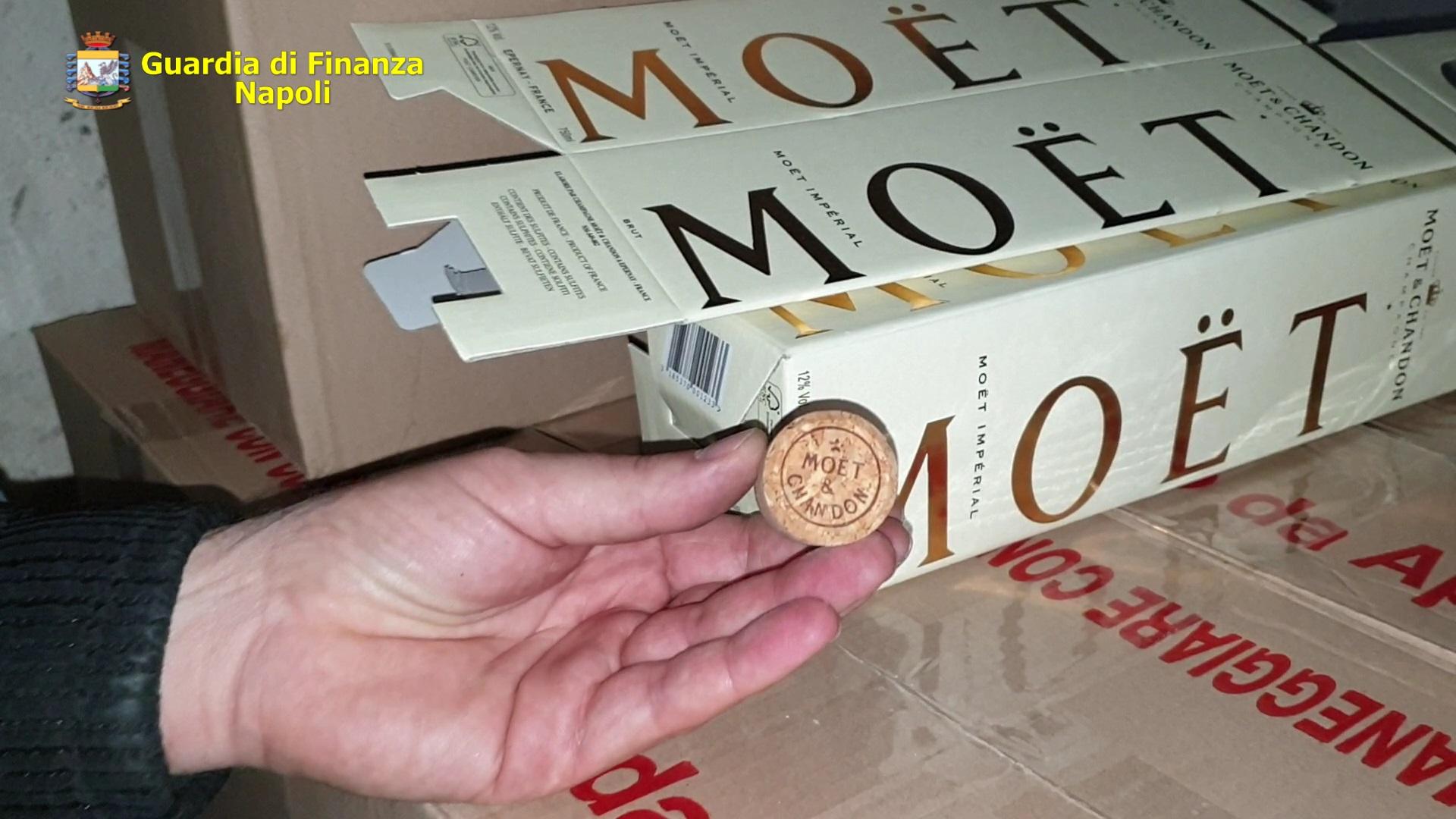 Napoli, blitz Guardia di Finanza: sequestrati 1400 litri tra champagne ed olio contraffatti