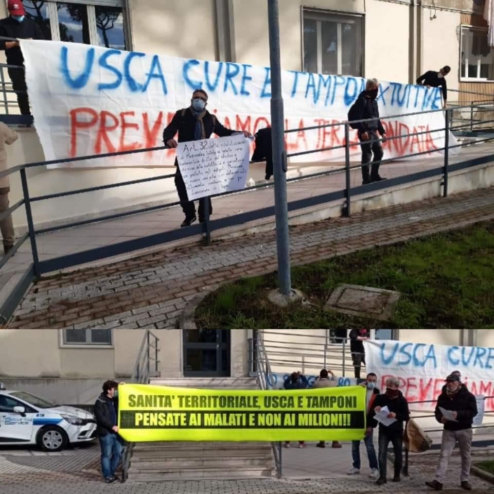 """Napoli, blitz attivisti negli uffici Asl: """"pensate ai malati, non ai milioni. Subito assistenza pubblica domiciliare"""""""