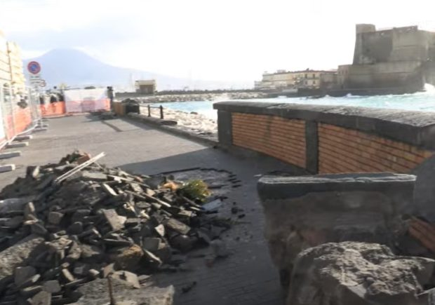Napoli, lungomare sfregiato dalla mareggiata: bilancio durissimo, ma nessun ferito