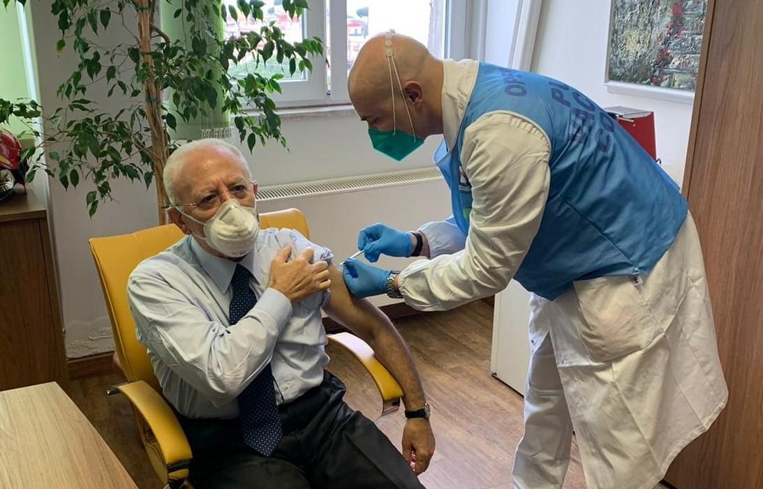 Covid, il politico De Luca si vaccina per primo: travolto da critiche