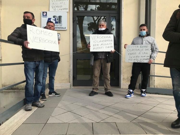Napoli, operai dei servizi di pulizia protestano davanti alla sede dell'Asl Napoli 1