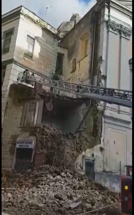Napoli, crolla una facciata della chiesa del 'Rosariello'