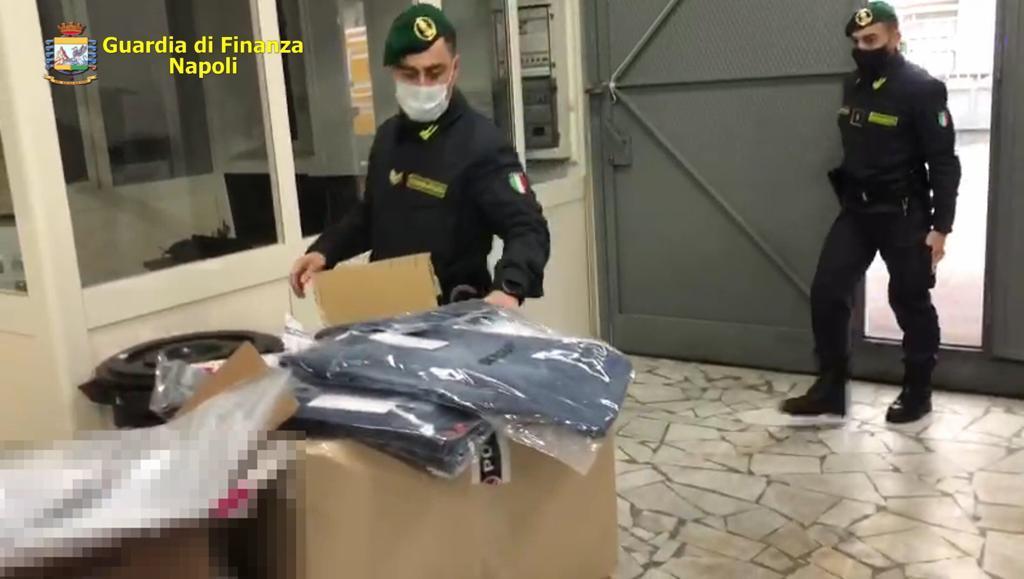 Napoli, blitz della Guardia di Finanza: sequestrati in outlet 5mila capi abbigliamento contraffatti