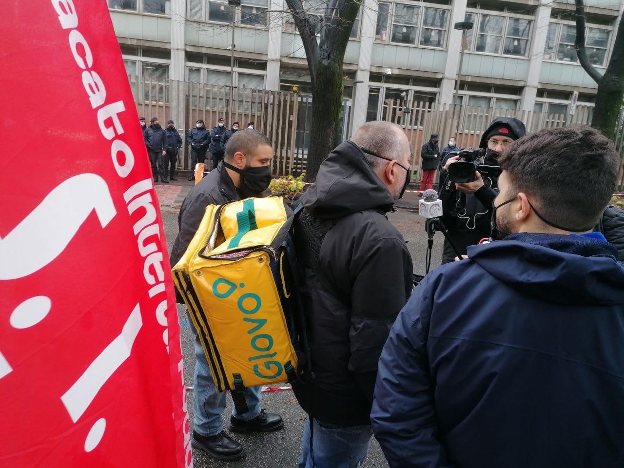"""Napoli, la protesta dei riders: """"Siamo lavoratori, dove sono i nostri diritti?"""""""