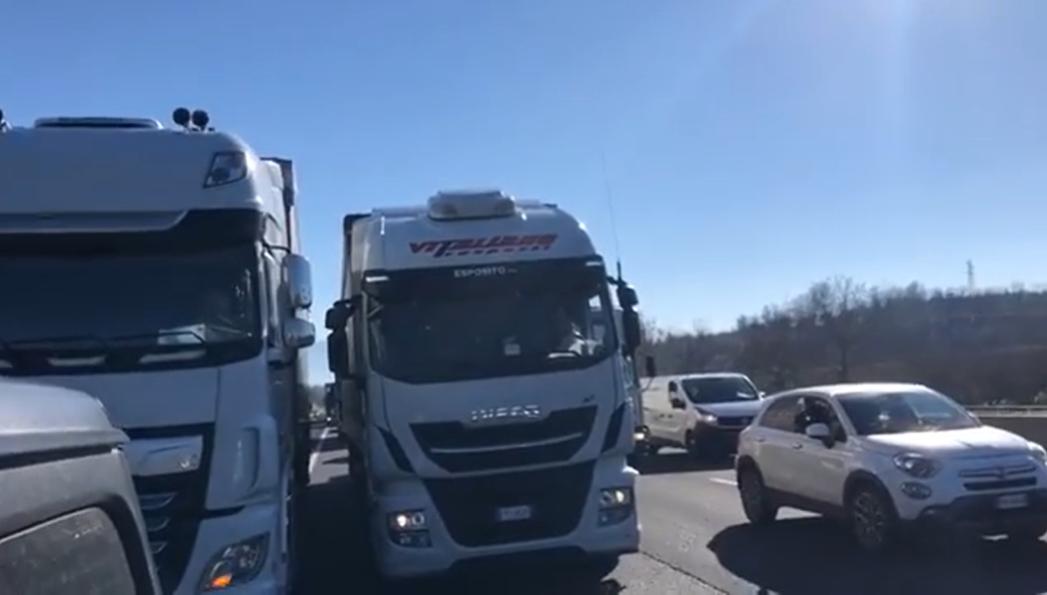 Covid, clamorosa protesta dei ristoratori campani: bloccata autostrada Napoli Roma