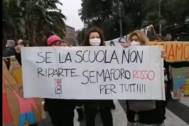 """Napoli, genitori bloccano le strade:""""De Luca apri le scuole rispetta la Costituzione"""""""