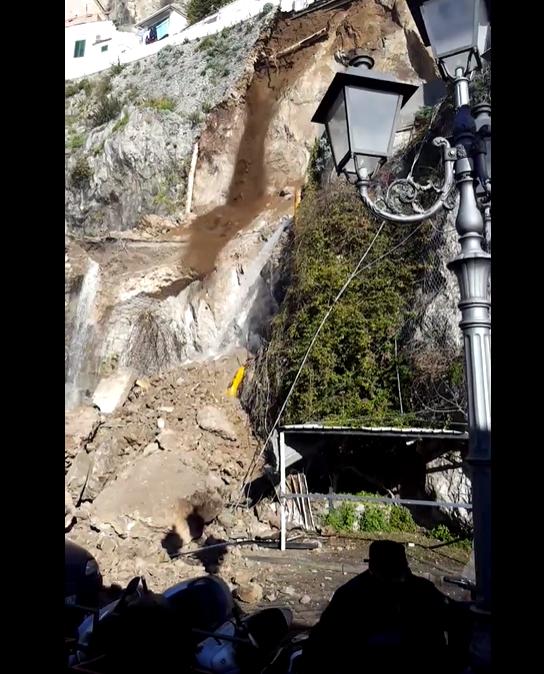 Amalfi, frana un costone roccioso