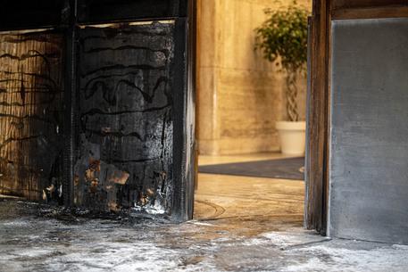 Covid, Roma: Incendiato il portone dell'Istituto Superiore di Sanità